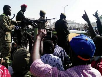 Участники акции протеста против президента страны Омара аль-Башира у здания Министерства обороны в Хартуме, Судан. 10 апреля 2019